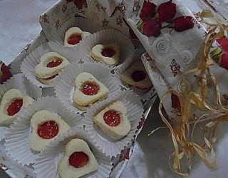 עוגיות סנדוויץ בצורת לב מילוי ריבה