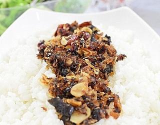 בצל, שום ופירות מטוגנים לפיזור על האורז