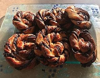 עוגיות ספירלה מבצק שמרים עם שוקולד