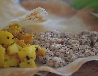 פיתות ומטבל חריף חמוץ מהמטבח הקוצ'יני